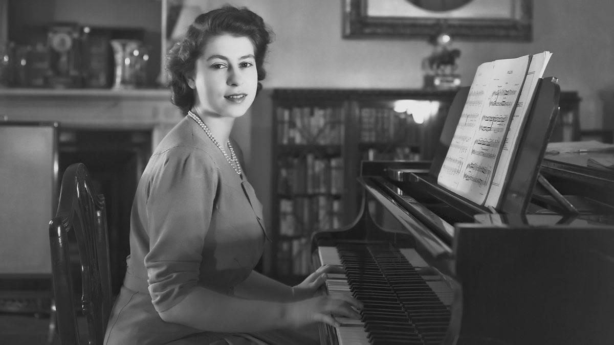 Елизавета II во всём остаётся символом нации (фото BBC)