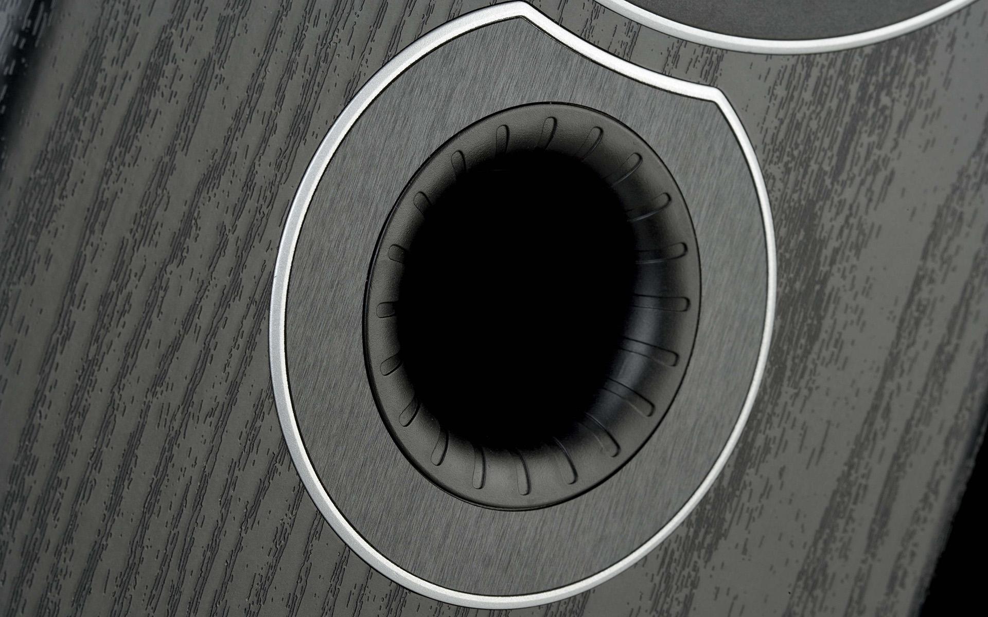 Порт фазоинвертора на передней панели Monitor Audio Bronze 2 снабжён специальными канавками, снижающими турбулентность воздушного потока