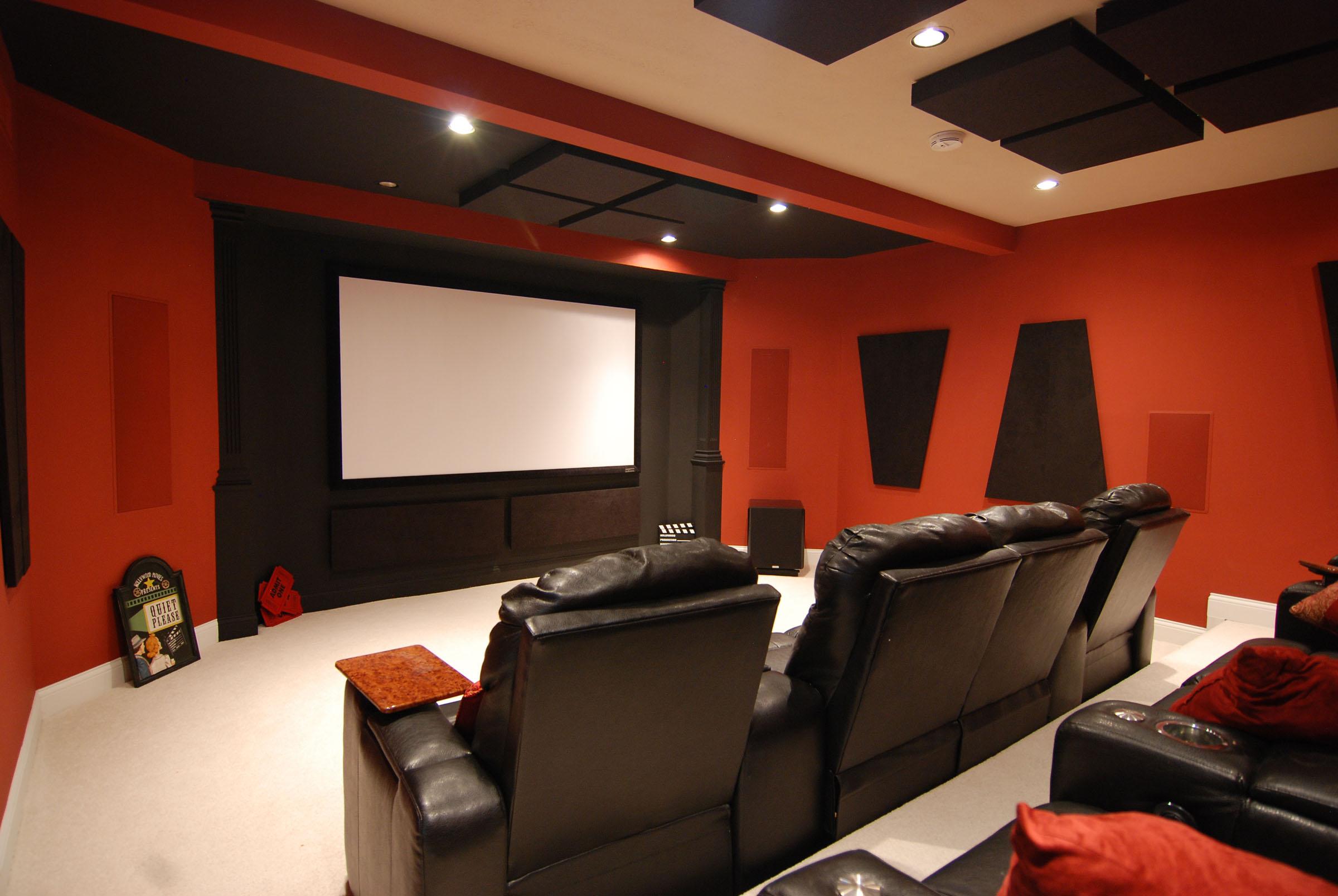 Домашний кинотеатр, акустически оформленный с помощью специальных панелей