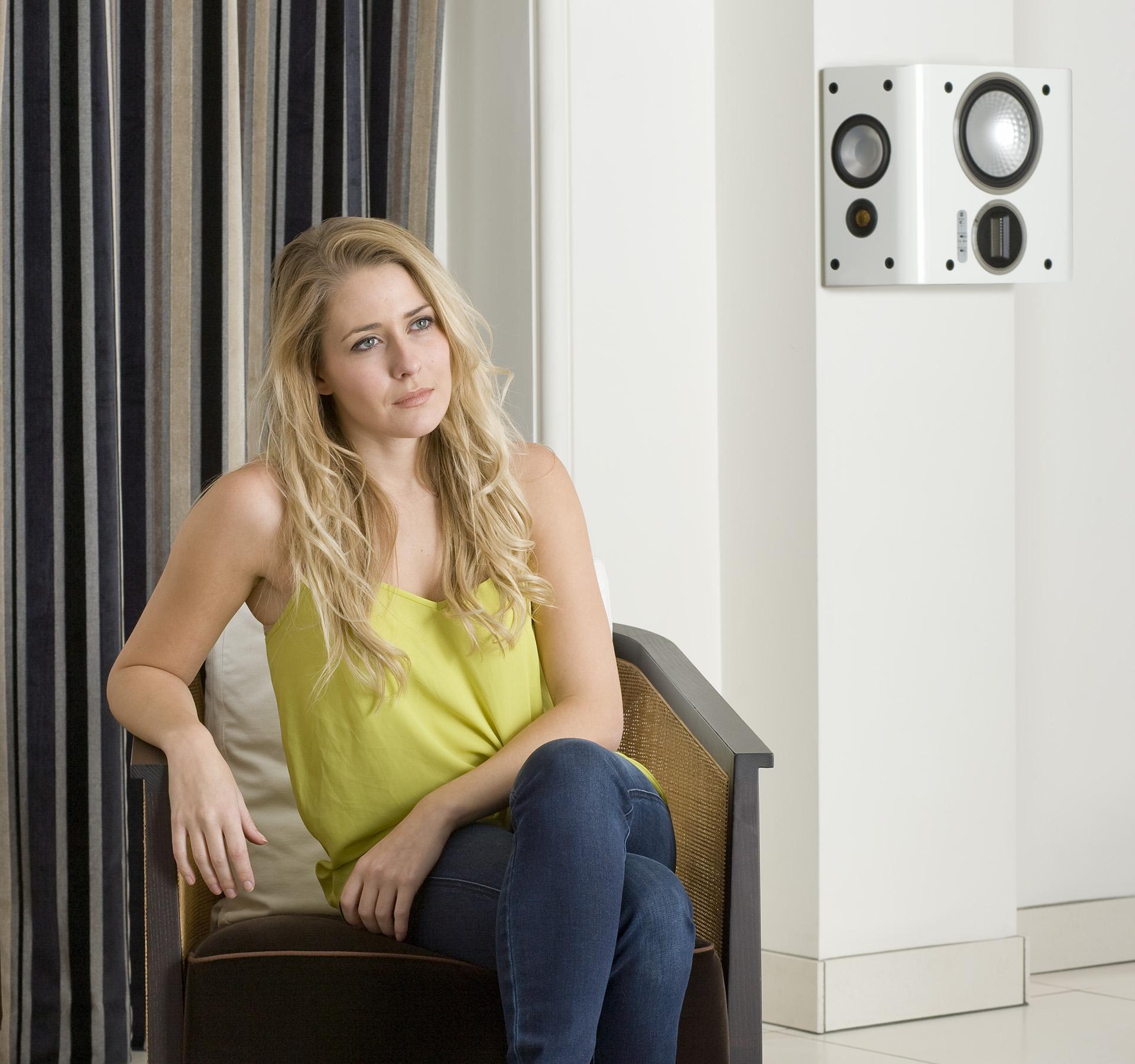 Разместить акустику пространственного звучания на стене – само собой разумеющееся решение