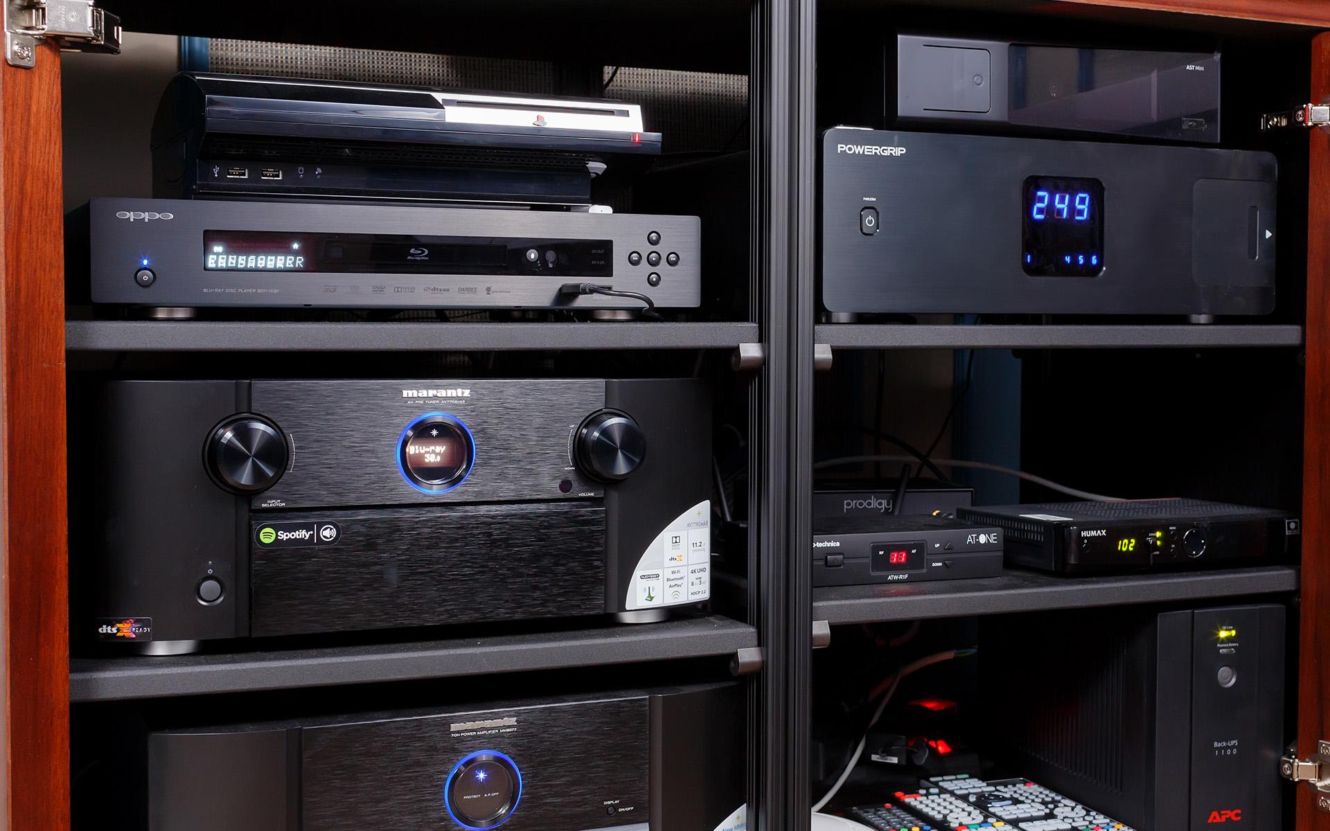 Консоль чистого электропитания POWERGRIP YG-1 играет ключевую роль в управлении питанием всех электронных компонентов системы домашнего кинотеатра