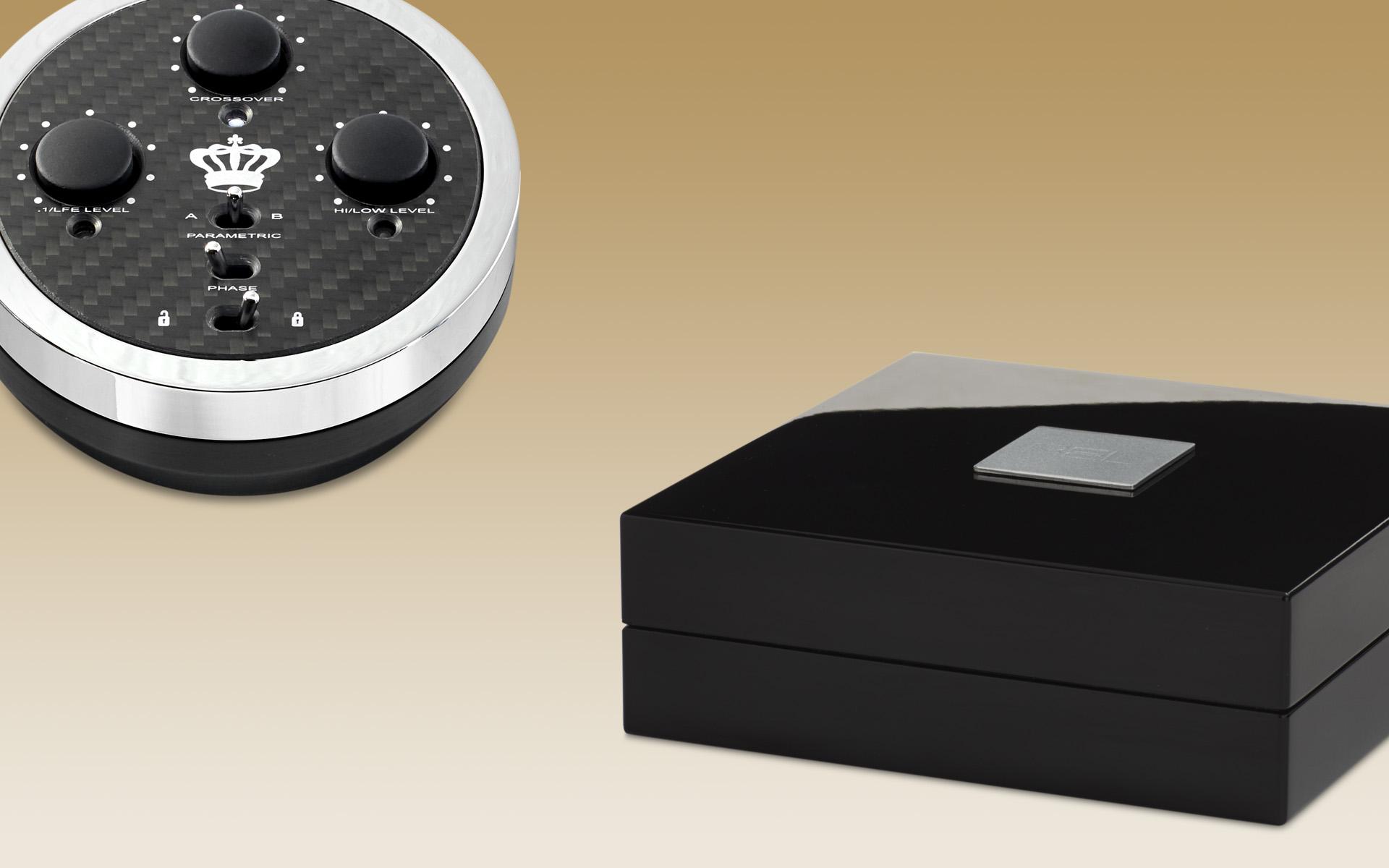 Пульт дистанционного управления входит в комплект поставки REL No. 25, передатчик беспроводного сигнала Longbow поставляется отдельно