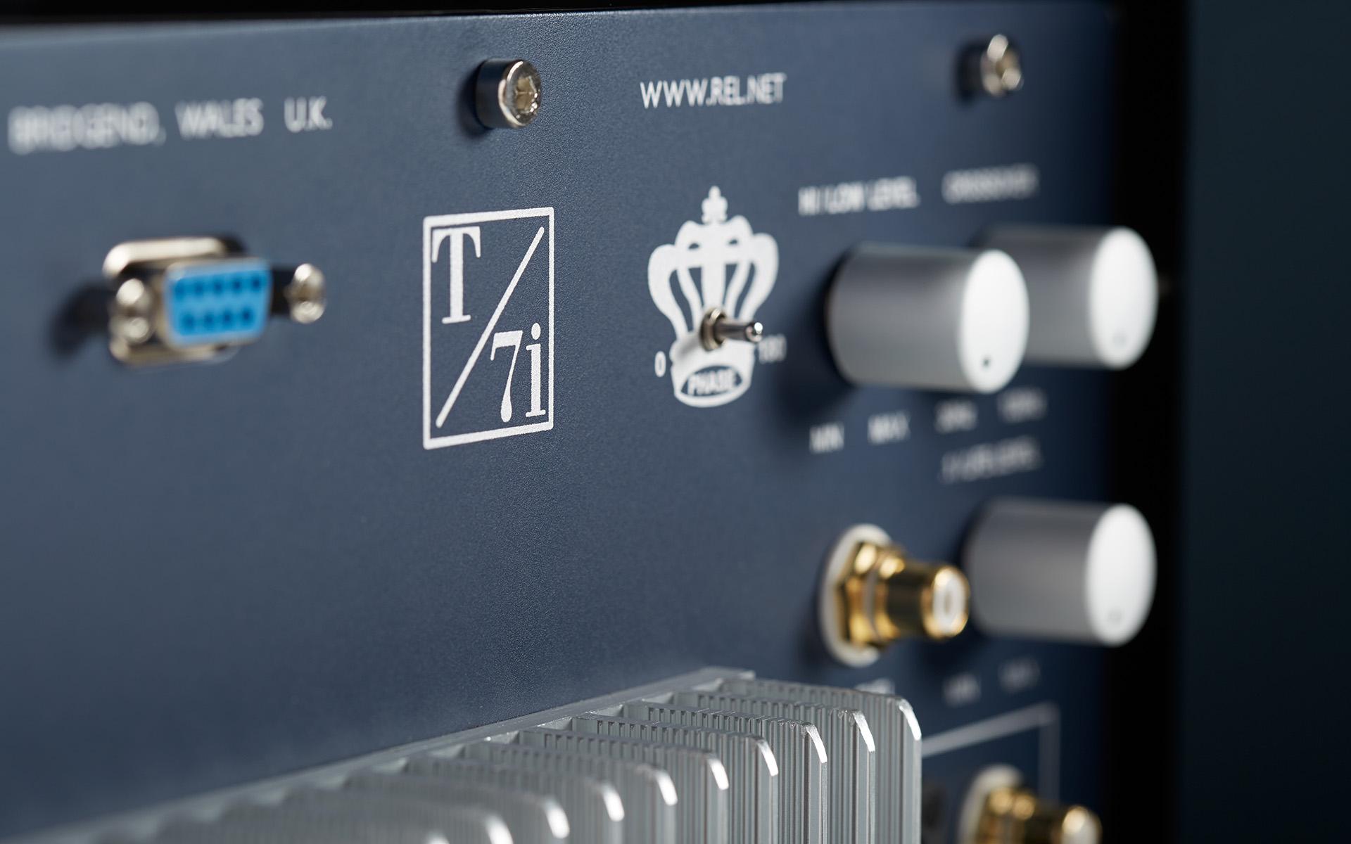 Задняя панель корпуса REL T7/i имеет весьма внушительный вид