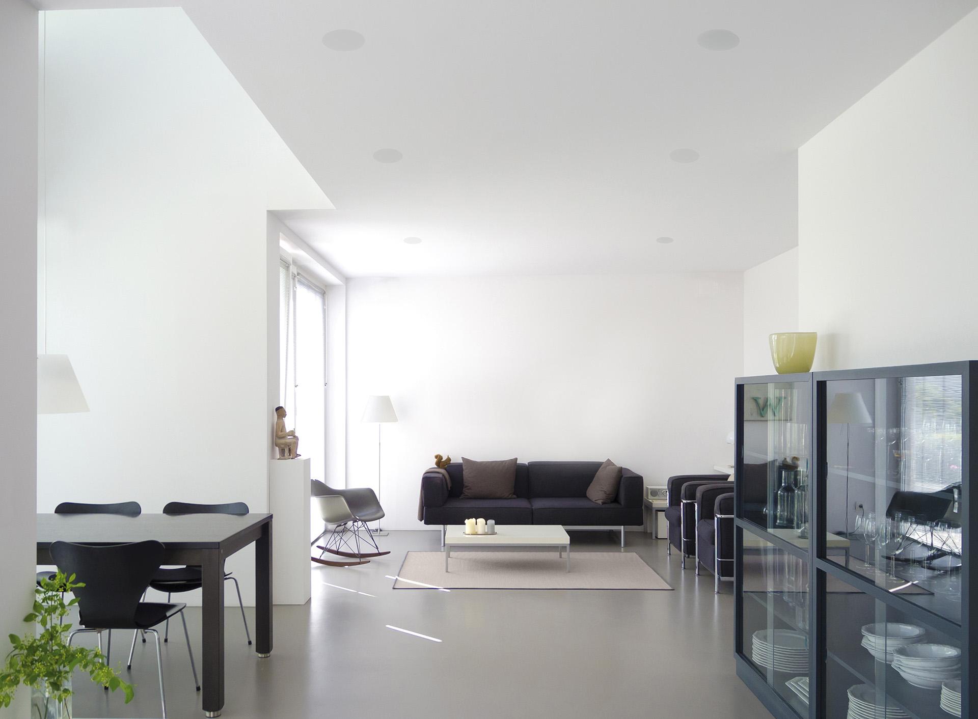 Размещаемые заподлицо с потолком, акустические системы Monitor Audio CF230 без труда способны «озвучить» комнату средних размеров