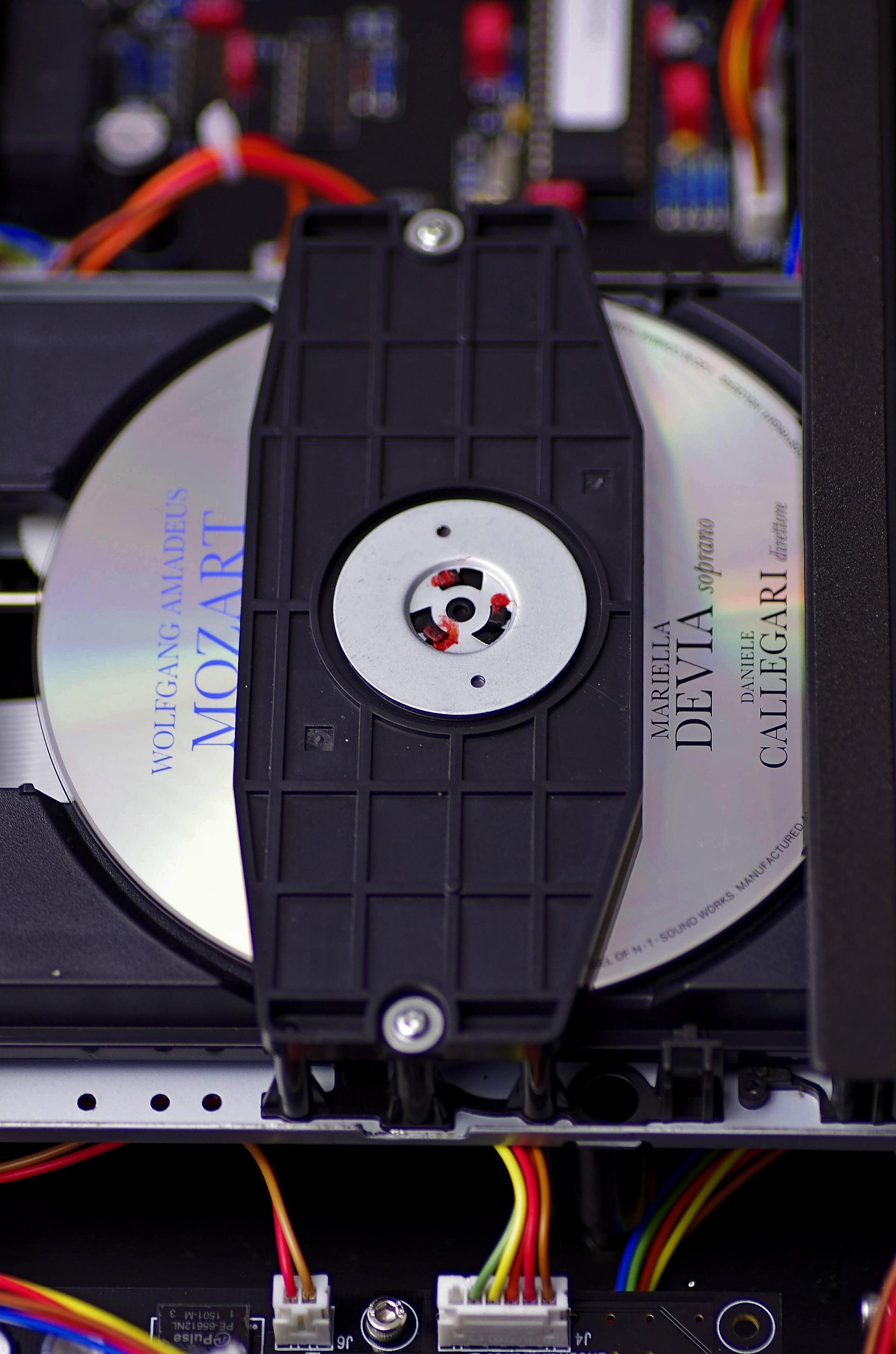 В середине корпуса установлен специализированный CD-транспорт