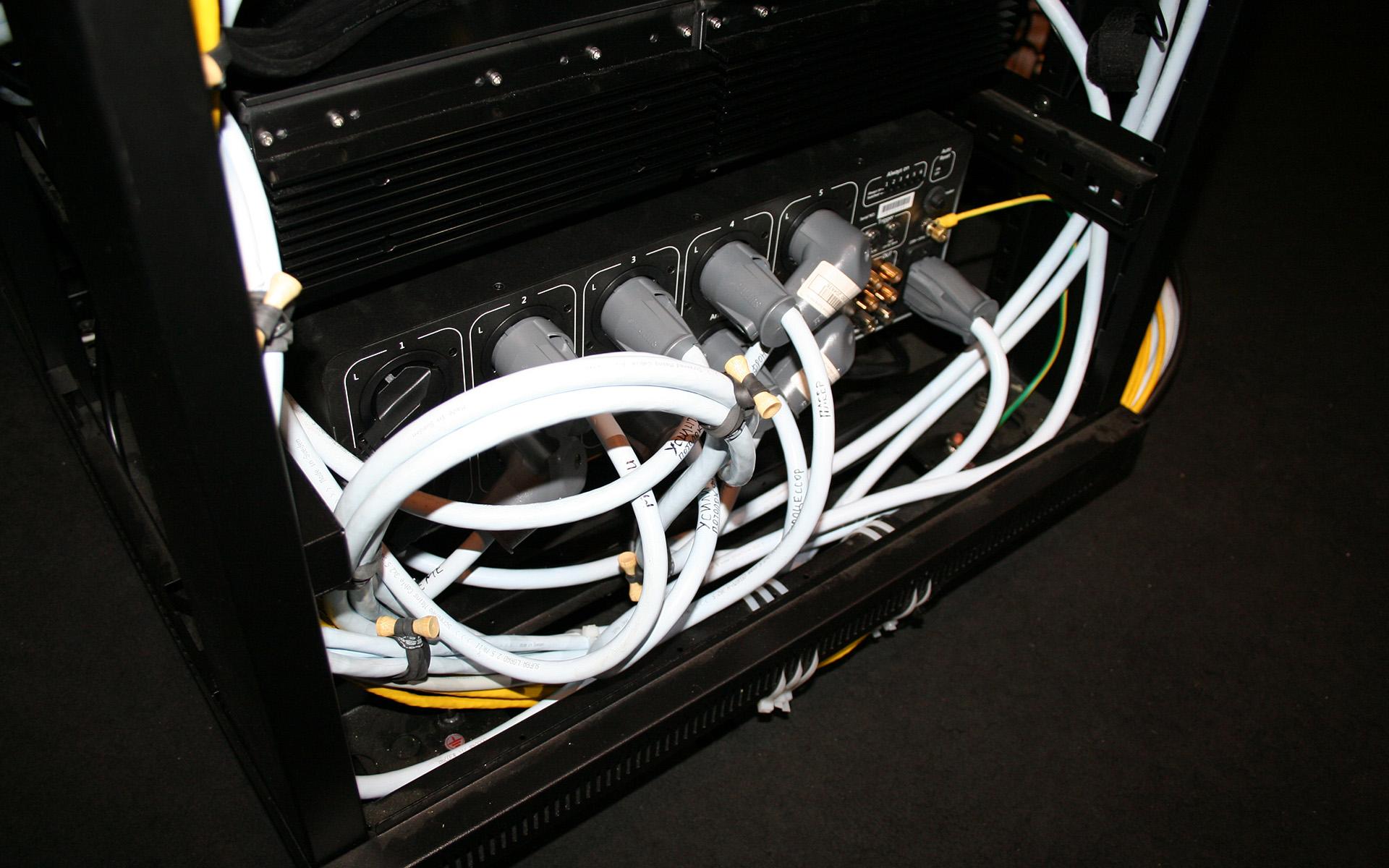 Вся система подключается к одной неподготовленной розетке через консоль электропитания POWERGRIP YG-1