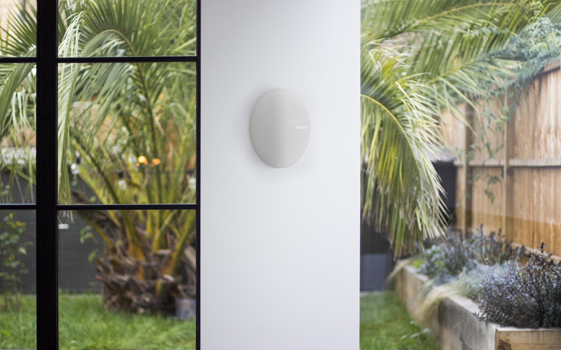 Всепогодная акустическая система Vecta предназначена для размещения как на открытом воздухе (благодаря степени защиты IP55), так и в помещении (в баре, зоне отдыха, бассейне, сауне – список можно продолжать до бесконечности)