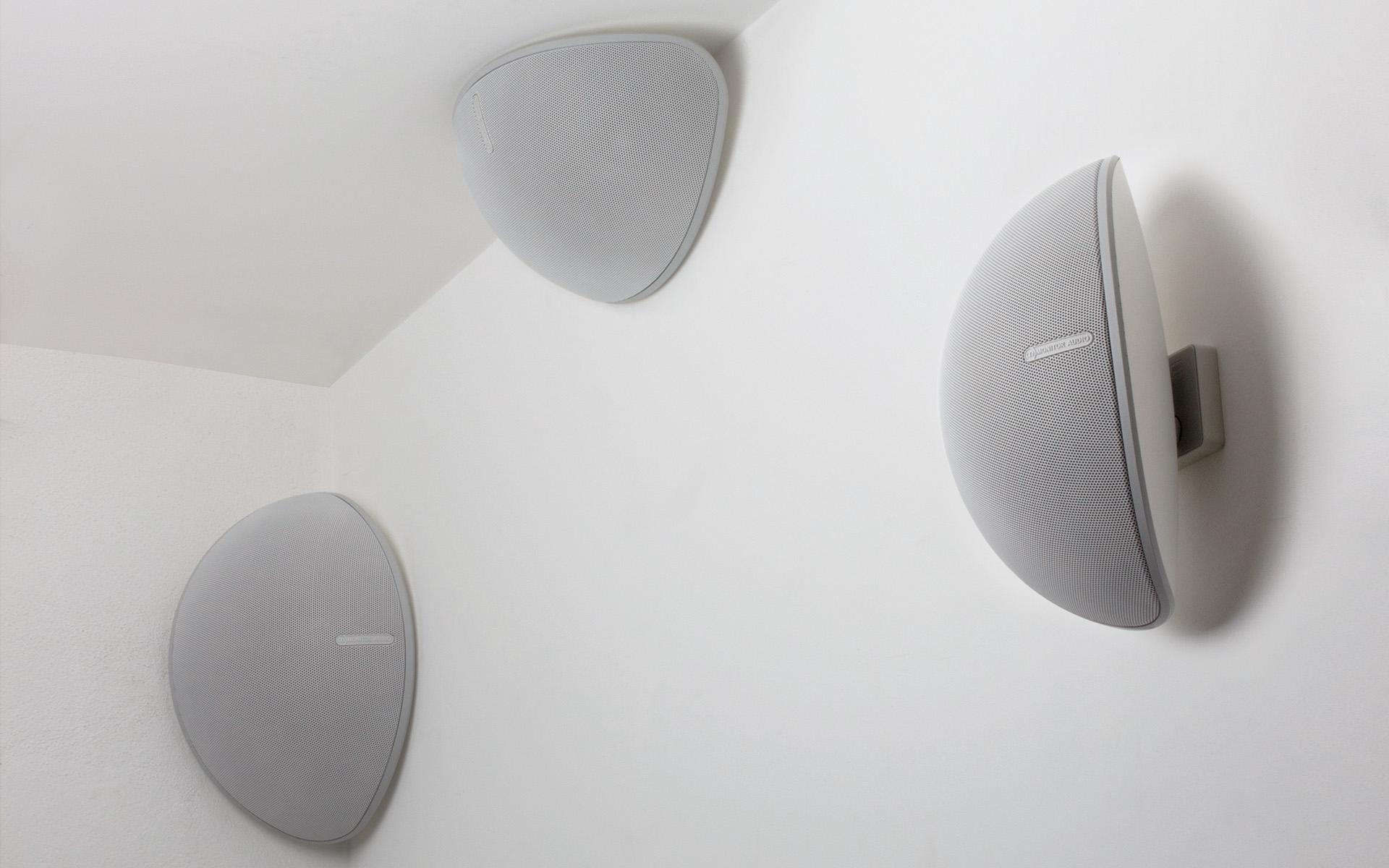 Форма корпуса позволяет легко установить колонку в угол либо в стык стены и потолка