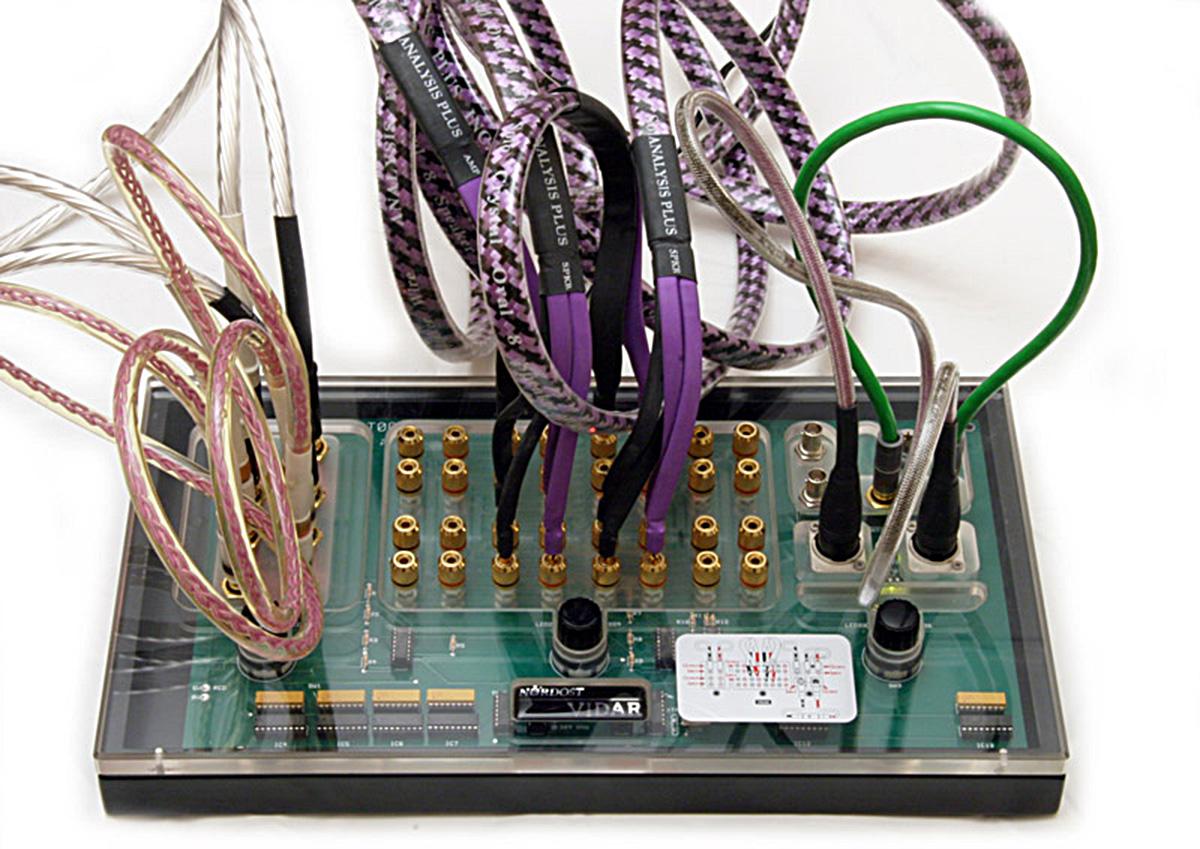 Стас Устенко из Hi-Fi.ru убеждает: не экономьте на кабелях!
