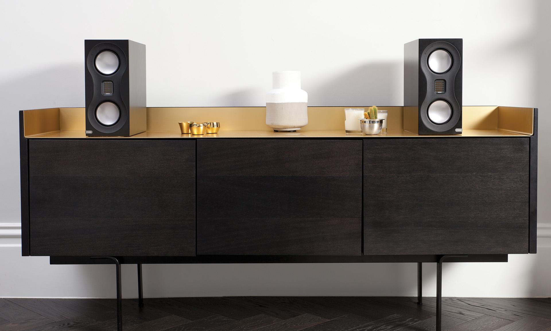 Отдохнуть после бурных вечеринок и расслабиться, со вкусом слушая свои любимые записи, поможет пара полочных колонок Monitor Audio Studio.