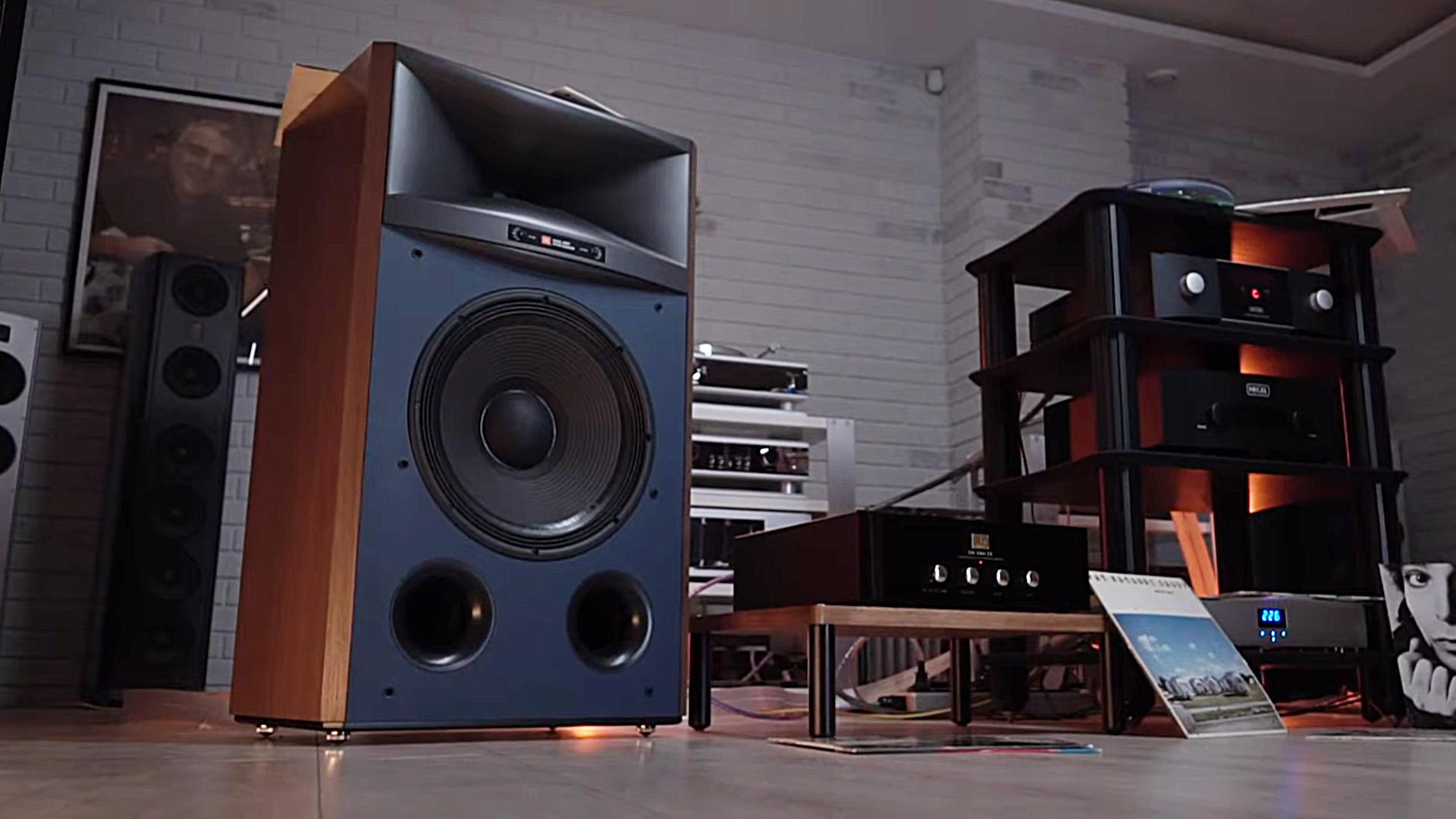 Всё, как при дедушке: Михаил Борзенков восхищён классической конструкцией акустики JBL 4367